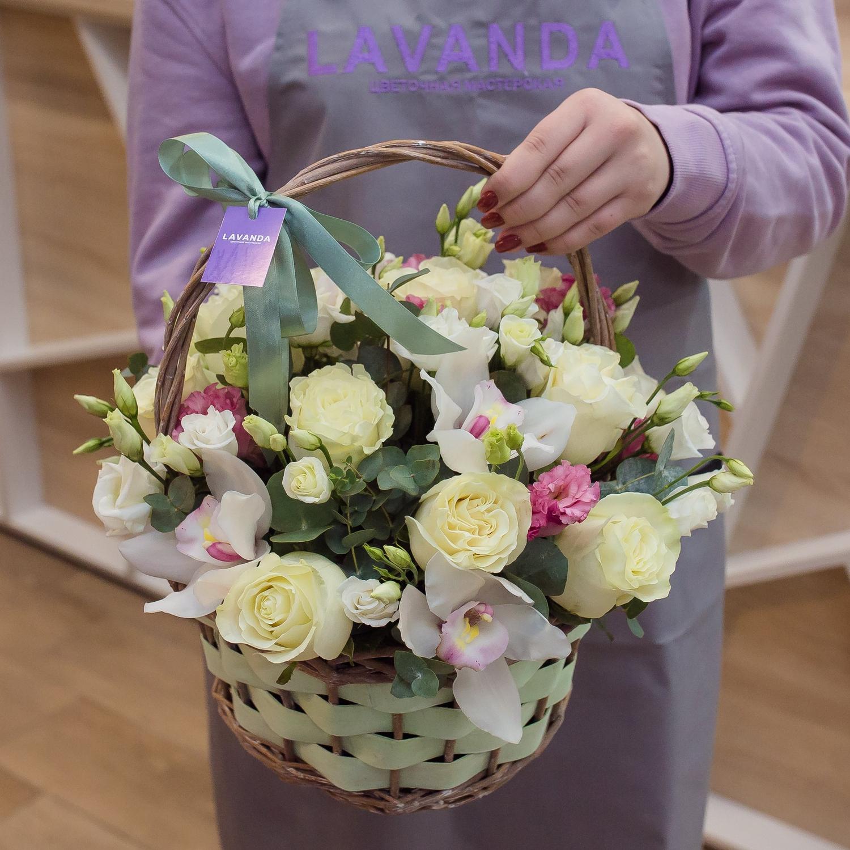 Цветочная корзина с орхидеями, розами и эустомой