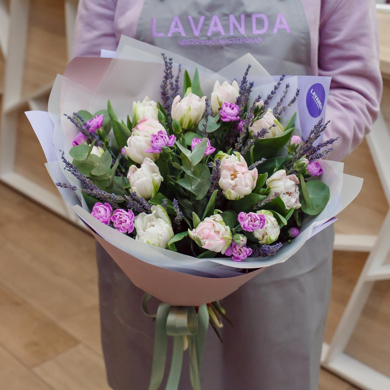Лиловый букет пионовидных тюльпанов с лавандой