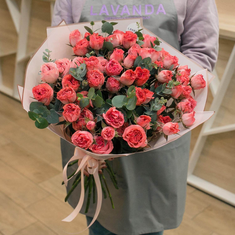 Нежный букет пионовидных роз