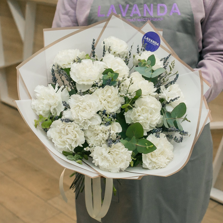 Букет белых диантусов с лавандой