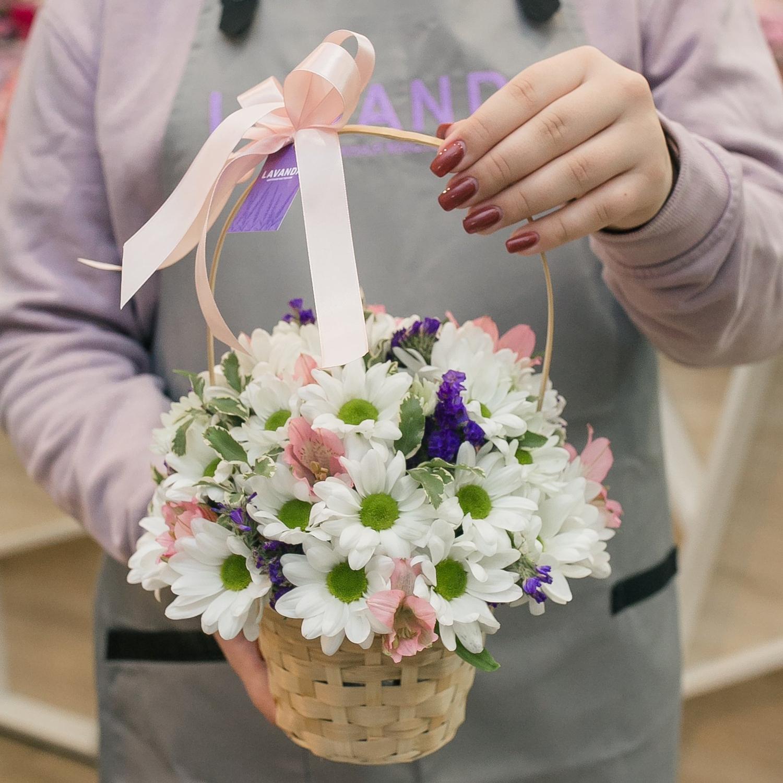 Цветочная корзинка с хризантемой и альстромерией