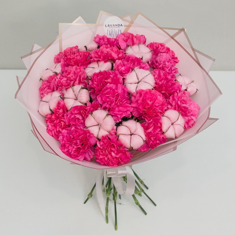 Букет диантусов с розовым хлопком