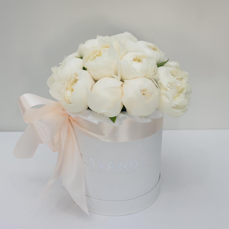 Воздушная коробочка белых пионов