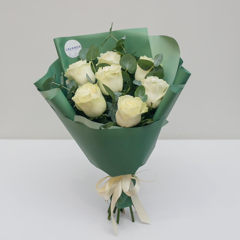 Букет белых роз в стильной пленке с эвкалиптом
