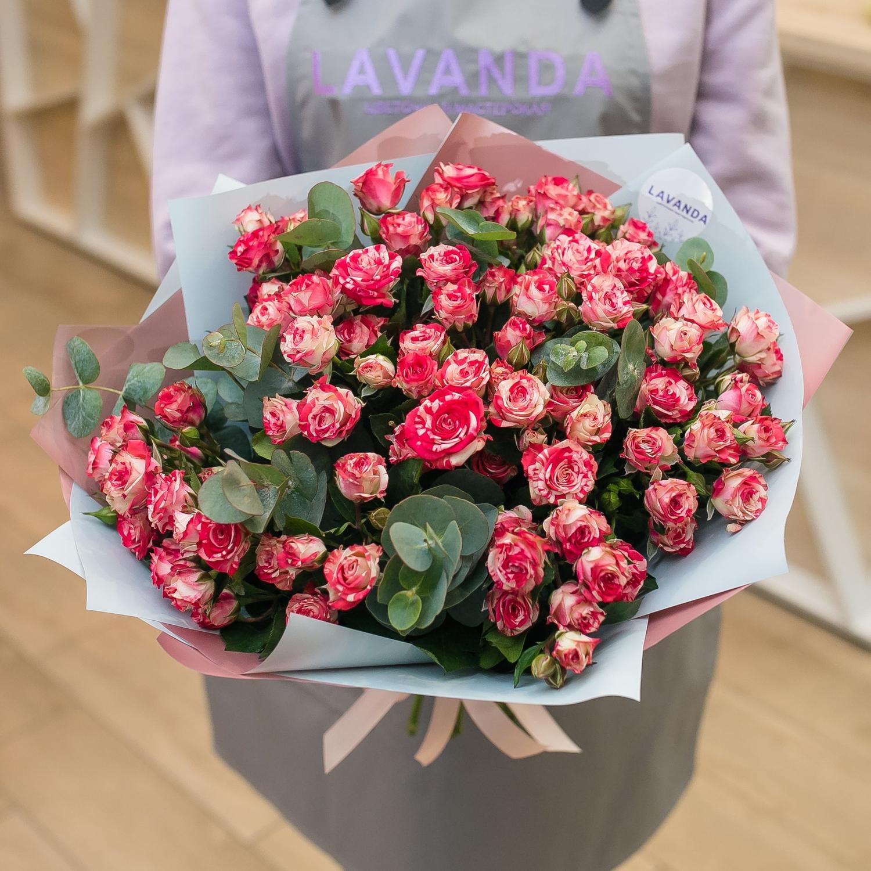 Букет кустовых роз с эвкалиптом
