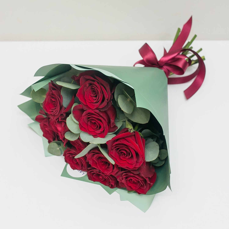 Букет красных роз в стильной пленке с эвкалиптом