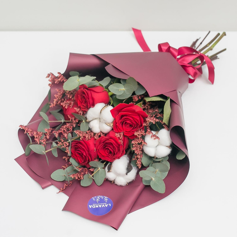 Зимний букетик с хлопком и красными розами