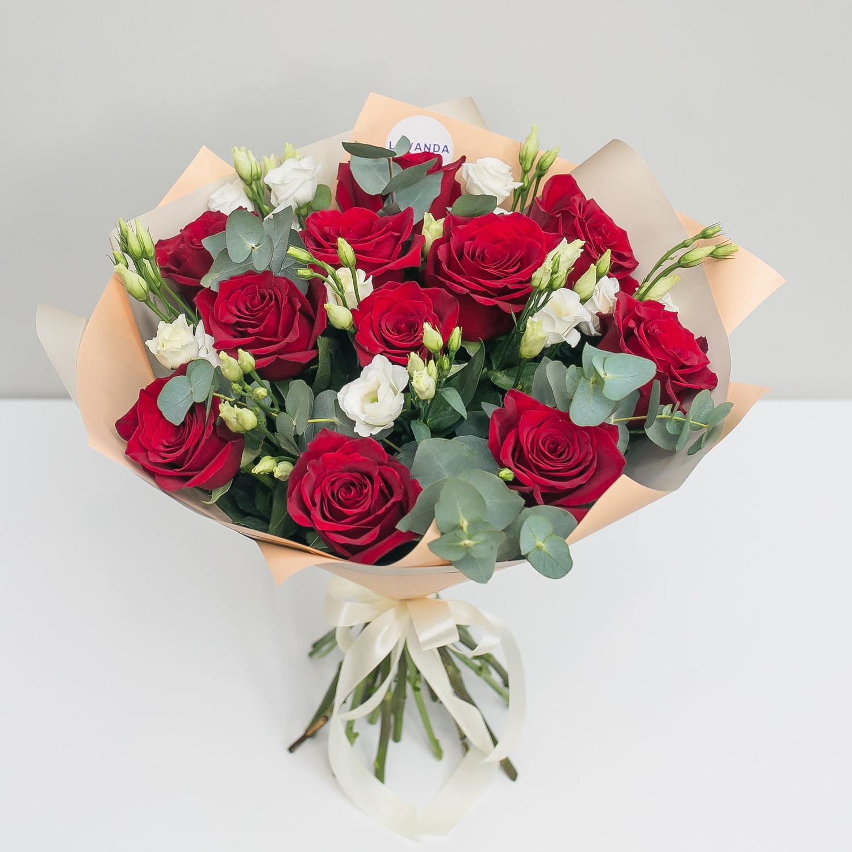 Букет красных роз с белоснежными лизиантусами