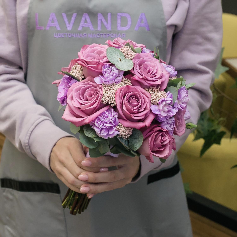 Букет невесты и бутоньерка из лиловых розочек