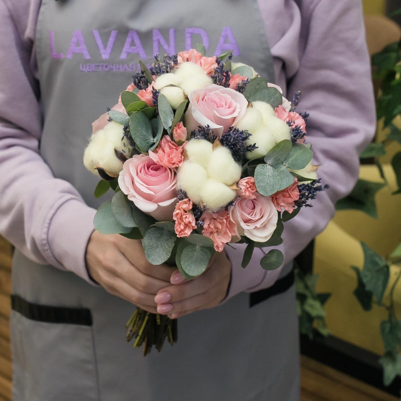 Букет невесты и бутоньерка из розочек, хлопка и лаванды