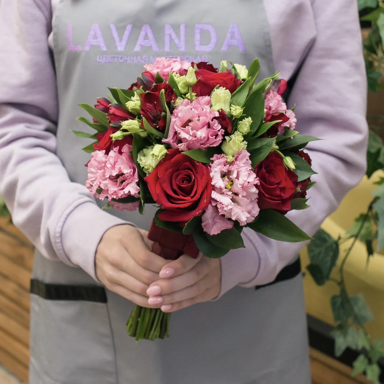 Букет невесты и бутоньерка из красных роз и альстромерий