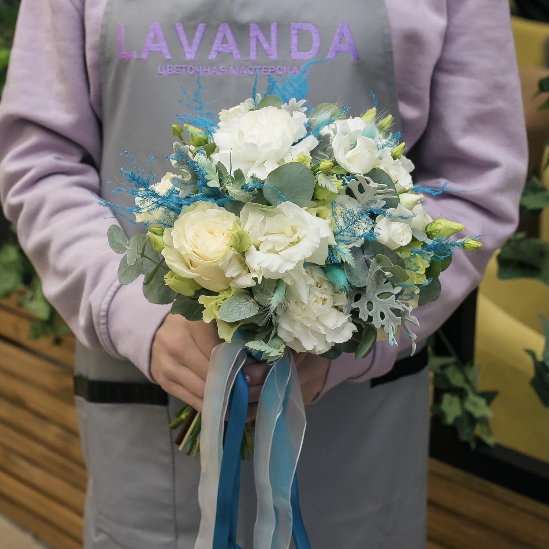 Букет невесты и бутоньерка с аспарагусом