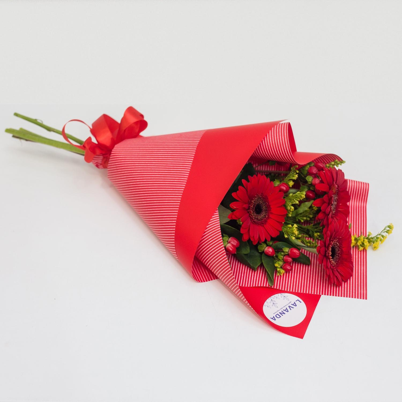 Красный букетик гербер и гиперикума