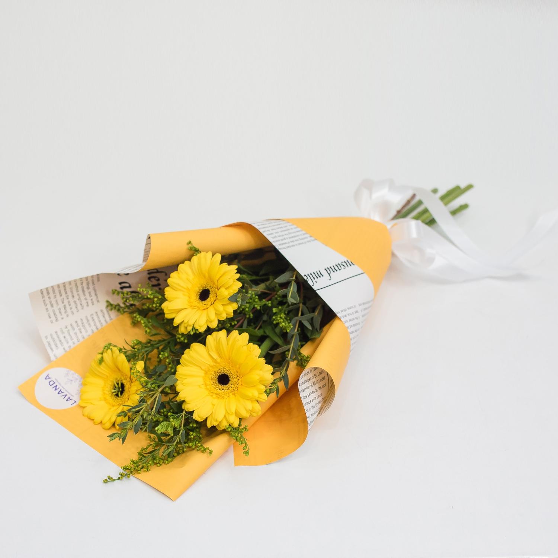 Желтый букетик гербер и солидаго