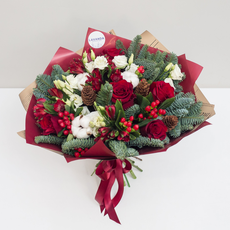 Зимний букет красных роз с хлопком и нобилисом